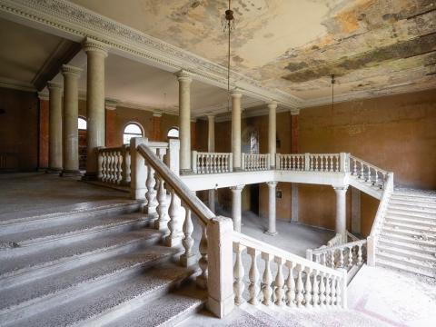 Una gran escalera dentro del balneario de Tskaltubo.