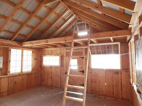 Muchas de estas casas anuncian el espacio más pequeño del desván como un dormitorio, accesible a través de una escalera.