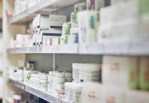 Medicamentos en estanterías