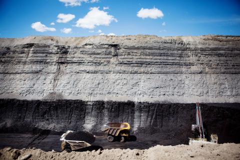 Los camiones llevan carbón durante un recorrido por la mina de carbón North Antelope Rochelle de Peabody Energy cerca de Gillette, Wyoming, EEUU.