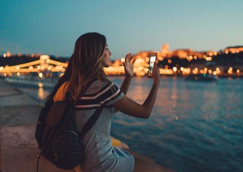 Mujer haciendo una fotografía