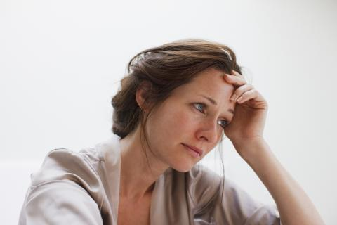 Mujer triste preocupada
