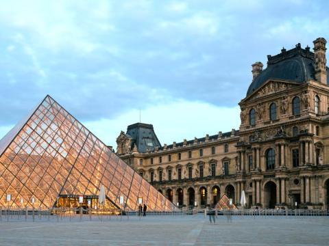 El museo del Louvre por la noche.