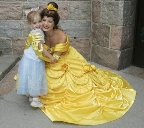 Una niña abraza en Disneyland a una princesa Disney