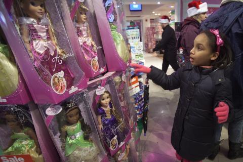 Una niña elige una princesa de la tienda de Disney.