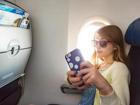 Un niño que se lleva un auto en un avión.