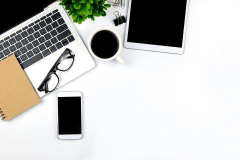 Ordenador, tableta y smartphone sobre mesa blanca