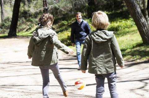 Pablo Casado juega con sus hijos en Las Navas del Marqués.