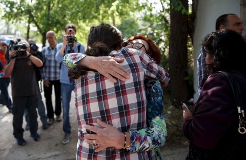 Pablo Iglesias abrazando a su madre.