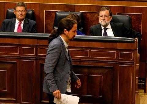 Pablo Iglesias, en un pleno del Congreso, frente al ahora expresidente del Gobierno Mariano Rajoy.