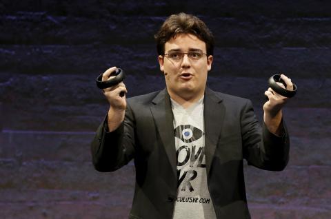 Palmer Luckey  en 2015 presentando productos de Oculus