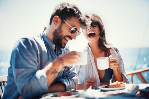 Una pareja toma café