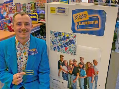Cory Bruce junto al cartel de 345 Hudson Blockbuster