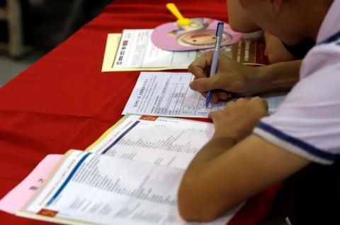 Una persona rellena un formulario en Taipei, Taiwán
