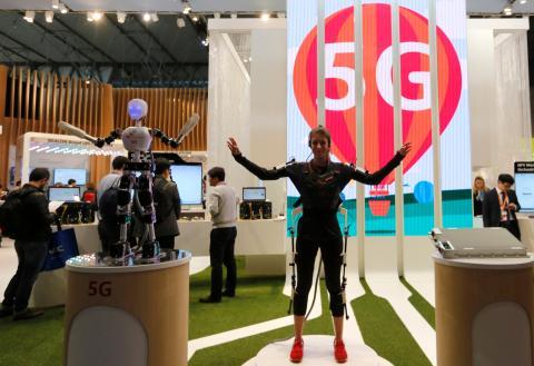 Una persona utiliza el 5G para mover a robot de SK Telecom en el MWC de 2015.