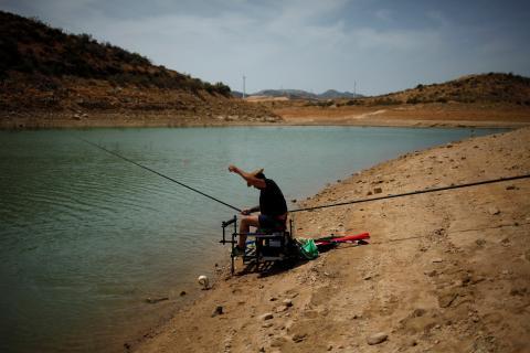 Un pescador en la reserva de Guadalteba durante una fuerte sequía en Ardales, cerca de Málaga.