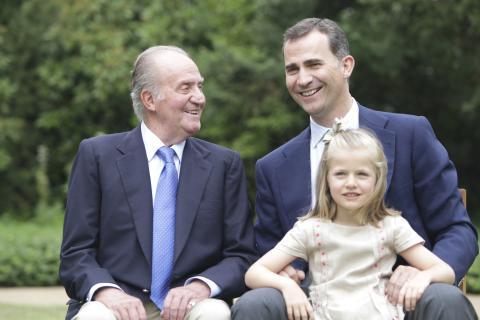 La princesa Leonor junto con su padre y su abuelo en los jardines del Palacio de La Zarzuela.