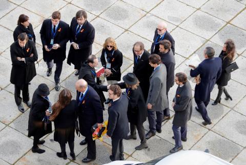 El prior de la basílica del Valle de los Caídos, Santiago Cantera, recibe a los familiares de Franco.