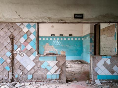 Las baldosas se astillan en las paredes del balneario de Tskaltubo.