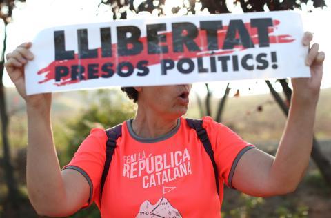 Protestas en las afueras de la cárcel de Lledoners, en Cataluña, a pocos minutos de conocerse la sentencia del Tribunal Supremo.