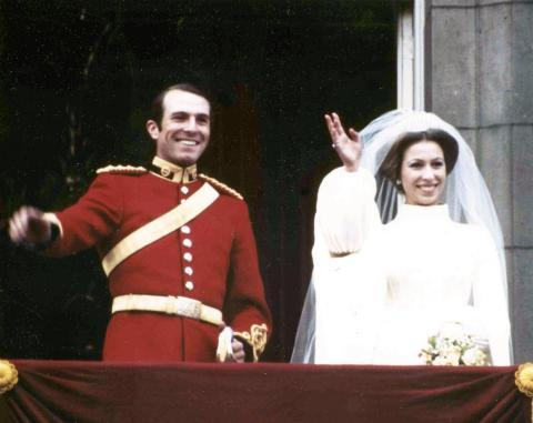 La hija de la Reina, la princesa Ana, se casó con el Capitán Mark Phillips en 1973. Phillips no usó un título real, y la pareja tampoco usó títulos para sus hijos.