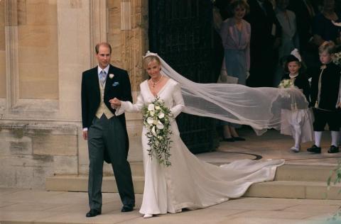 El hijo menor de la reina, el príncipe Eduardo, se casó con Sophie Helen-Rhys Jones en el verano de 1999. Sophie se convirtió oficialmente en la condesa de Wessex al casarse.