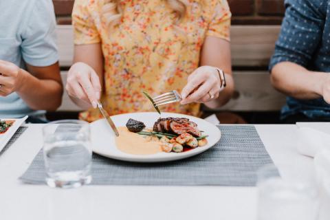 restaurante, mujer comiendo, comidas