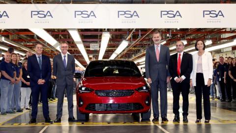 De izquierda a derecha, Juan A. Muñoz Codina, director de la planta de PSA Zaragoza: Carlos Tavares (CEO de PSA); el Rey; Javier Lambán, presidente de la Comunidad de Aragón; y Reyes Maroto, ministra de Industria en funciones.