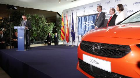 El Rey escucha el discurso del CEO de PSA, Carlos Tavares, en su visita a la planta de Zaragoza.