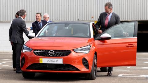 El Rey, montándose en un Opel Corsa eléctrico