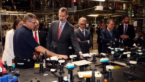 Operarios de PSA Zaragoza explican al Rey las piezas de las que se compone el Opel Corsa.