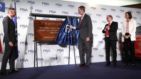 Felipe VI descubriendo la placa en su honor en la planta de PSA en Zaragoza.
