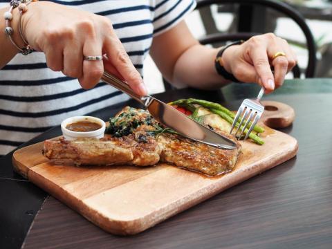 La dietista Robin Foroutan anima a las personas que comen productos animales a obtener la mejor calidad posible.