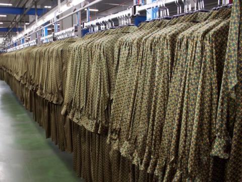 Filas de chaquetas en la sede de Zara en Arteixo.