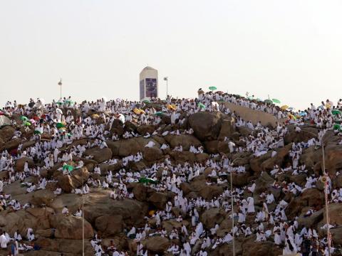Los peregrinos musulmanes se reúnen en el Monte de la Misericordia en las llanuras de Arafat durante la peregrinación anual del haj, en las afueras de la ciudad sagrada de La Meca, Arabia Saudí, el 11 de septiembre de 2016.