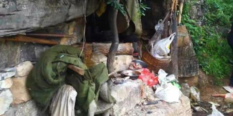 """La """"casa"""" de Song estaba incrustada dentro de una cueva de menos de 2 metros cuadrados, según la Policía de Yongshan."""