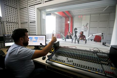 Un técnico de sonido en un estudio de radio