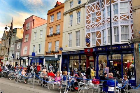 Los residentes de Oxford lidian con el exceso de turistas durante la mitad del año.