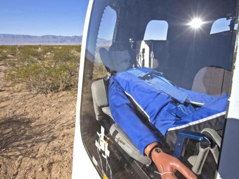 Un muñeco de Blue Origin en una cápsula que aterrizó con éxito.