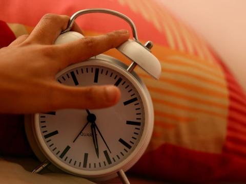 Tienes que encontrar tu propio ritmo de sueño, irte a dormir a una hora fija y levantarte a una hora fija tanto como sea posible.