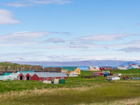 Las casas coloridas resaltan la isla.