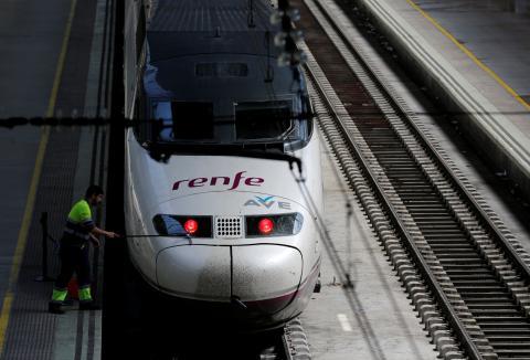 Un trabajador limpia un tren AVE en la estación de Sevilla Santa Justa