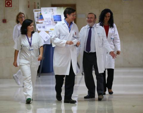 Varios médicos conversan en el pasillo de un hospital madrileño.