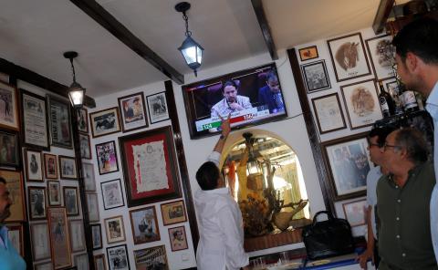 Vecinos de Ronda, en Málaga, siguiendo el debate de investidura por televisión.
