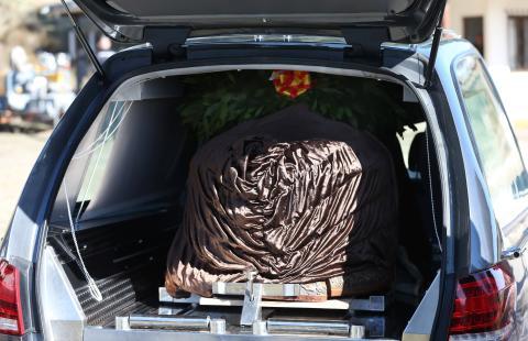 Una vez el féretro se guardó en el coche fúnebre, se trasladó al interior del cementerio de Mingorrubio-El Pardo, donde se celebraría una ceremonia privada.
