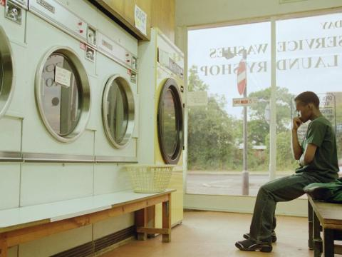 Un hombre espera por su colada en un anuncio de Adidas