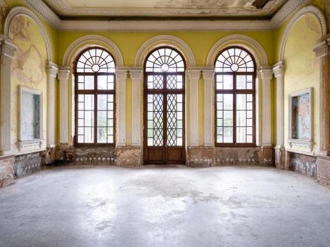 Grandes ventanales y tallas dentro de uno de los salones del resort.