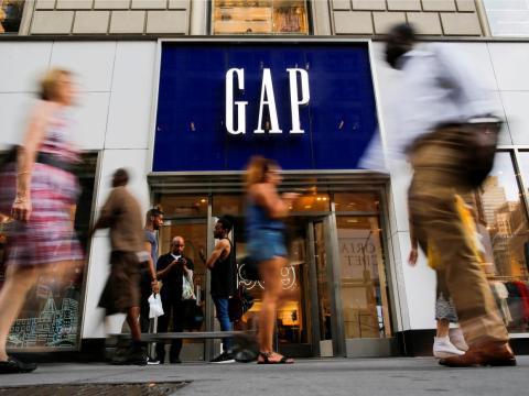 FOTOS DE ARCHIVO: La gente pasa por la tienda de ropa GAP en Manhattan, Nueva York.