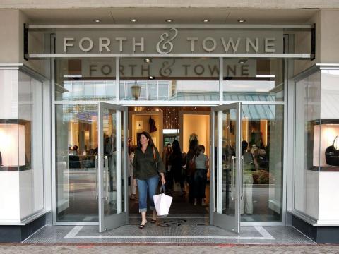En 2007, Gap cerró Forth & Towne 18 meses después de lanzarlo. La tienda estaba destinada a mujeres de 35 años o más.