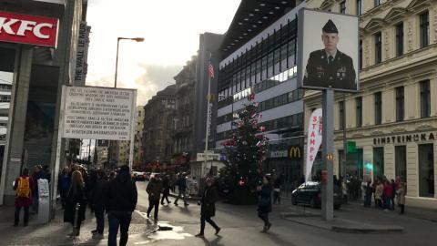 Estampa actual del mítico Checkpoint Charlie de Berlín.
